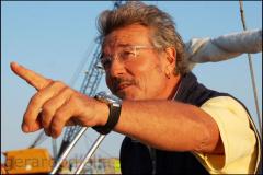 Lo skipper grida occhio ai delfini!